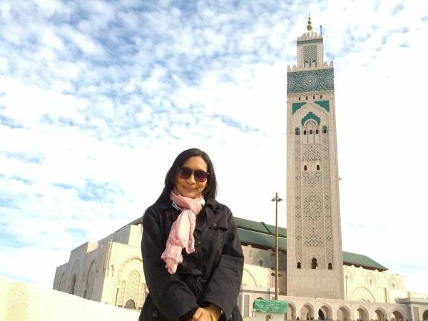 Menjadi pramugari Orient Thai Airlines membuatku bisa mengunjungi beragam tempat. Foto ini diambil di depan Masjid Hasan II (masjid terbesar ke-7 di dunia) di Casablanca, Maroko.
