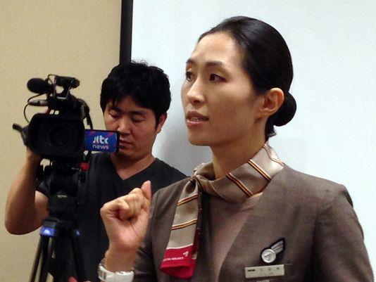 Lee Yoon Hye, pramugari Asiana Airlines yang dianggap sebagai pahlawan. (foto oleh: Jack Chang, AP)