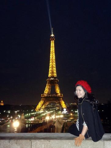 Everybody loves Paris, who doesn't? Lihat senyum ceria Emma, cabin crew Cathay Pacific, saat melihat Menara Eiffel yang terkenal itu.