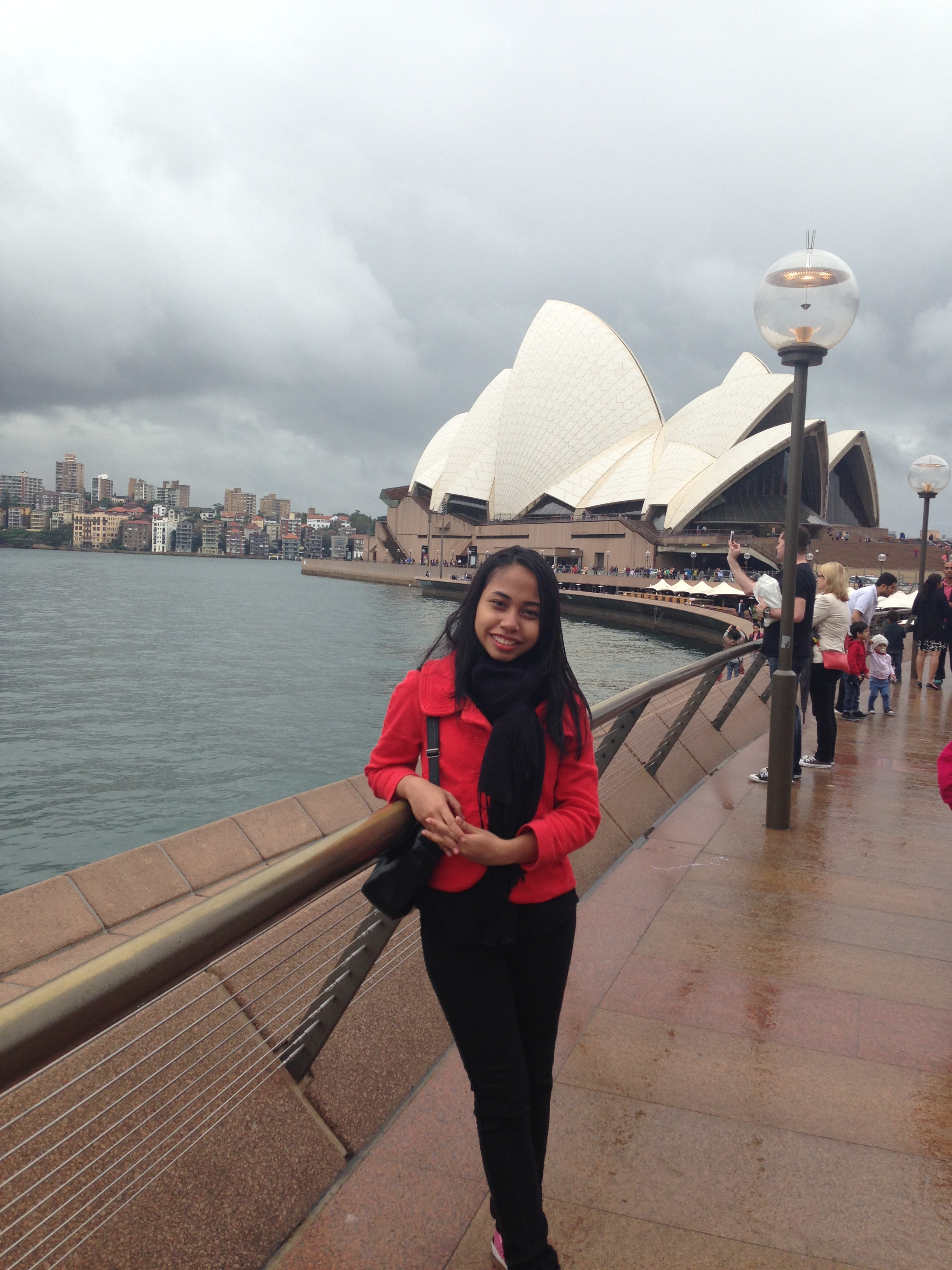 Who doesn't love Sydney Opera House? Arrum took a photo with it as a background :)