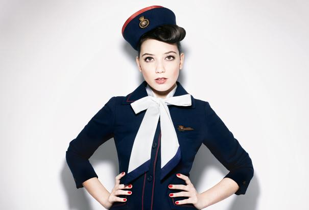 Seragam pramugari British Airways di tahun 1973 yang diperagakan kembali oleh Daisy Lowe untuk pemotretan inflight magazine di maskapai tersebut. Cantik ya scarf pita yang jadi aksen seragamnya :)