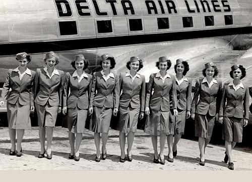 Seragam pramugari Delta Airlines tahun 1943 - 1946. Seragam ini dipakai saat musim panas, di musim dingin seragam pramugari berwarna lebih gelap dan dilengkapi jaket untuk menghangatkan tubuh dan sarung tangan.