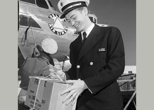 Purser Delta Airlines di foto ini tampak memakai seragam dengan jas berbahan kain tebal dan topi a la Angkatan Laut. Nuansa militer memang kental pada seragam awak kabin di masa perang.