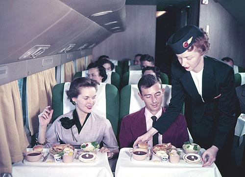 Pada masa itu hidangan yang bisa disajikan kepada para penumpang terbatas dan tidak sebanyak masa kini variasinya. Meski demikian, penataan sajian dianggap penting dan sangat diperhatikan oleh awak kabin yang bertugas.