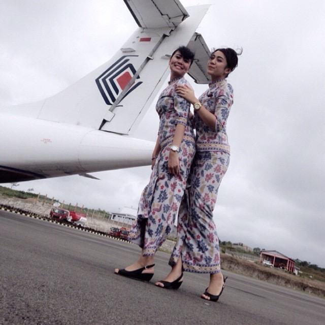 Foto ini di ambil di bandar udara Karel Satsuitubun, Langgur. Aku (kanan) bersama senior awak kabin ku berfoto di depan pesawat ATR 42 milik Trigana.